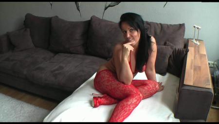 Милфа нарядилась в красные чулки и дала своему парню анально трахнуть себя